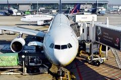 Avions sur l'aéroport international de Zaventem images stock