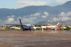 Avions sur l'aéroport international Katmandou de Tribhuvan de plat Photo libre de droits