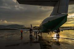 Avions sur l'aéroport international Katmandou de Tribhuvan de plat Photographie stock