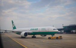 Avions sur la piste à l'aéroport dans Saigon, Vietnam Photographie stock