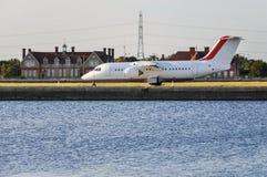 Avions sur la piste d'aéroport de ville de Londres Photo libre de droits