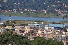 Avions sur la ville de Corfou d'aéroport Images stock