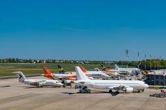 Avions sur le terminal à l'aéroport de Berlin Tegel Images stock