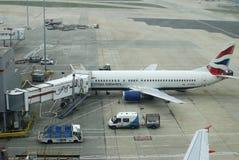 Avions sur le terminal. Aéroport de Gatwick. Angleterre Photo stock