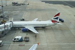 Avions sur le terminal. Aéroport de Gatwick. Angleterre Images libres de droits