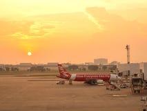 Avions thaïlandais d'Air Asia sur leurs baies Photographie stock