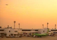 Avions thaïlandais d'Air Asia sur leurs baies Image stock
