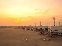 Avions thaïlandais d'Air Asia sur leurs baies Images stock