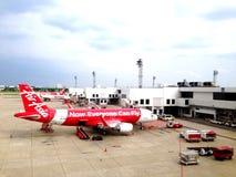 Avions thaïlandais de ligne aérienne d'Air Asia à l'aéroport de Donmuang Photos libres de droits