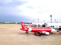 Avions thaïlandais de ligne aérienne d'Air Asia à l'aéroport de Donmuang Image libre de droits