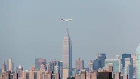 Avions volant au-dessus des gratte-ciel Photographie stock libre de droits