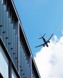 Avions volant au-dessus du bâtiment Images stock