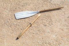 Aviron cassé en bois, sur le béton bronzage, au soleil Photo libre de droits