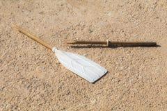 Aviron cassé en bois, sur le béton bronzage, au soleil Image stock