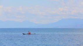 Aviron d'homme dans le canoë en mer banque de vidéos