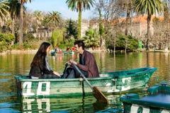Aviron de couples sur le petit bateau. Photographie stock
