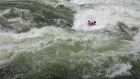 Aviron de Kayaker sur les eaux sauvages clips vidéos