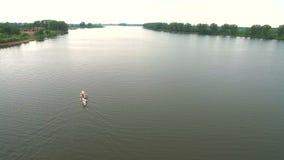 Aviron et canoë-kayak La vue du bourdon sur les athlètes de natation de rivière aériens clips vidéos
