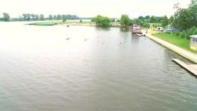 Aviron et canoë-kayak La vue du bourdon sur les athlètes de natation de rivière aériens banque de vidéos