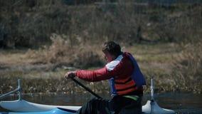 Aviron handicapé d'athlète sur la rivière dans un canoë Aviron, canoë-kayak, barbotant formation kayaking sport paraolympic banque de vidéos