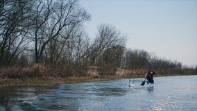 Aviron handicapé d'homme sur la rivière dans un canoë Aviron, canoë-kayak, barbotant formation kayaking sport paraolympic clips vidéos