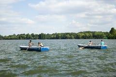 Aviron sur le lac Photographie stock libre de droits