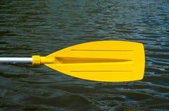 Aviron, tenant une palette de kayak Image libre de droits