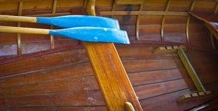 Avirons dans le bateau Images stock