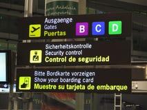 Avis d'aéroport dans trois langues Image libre de droits