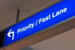 Avis de luxe de première classe d'aéroport de signe de ruelle rapide prioritaire Photographie stock libre de droits
