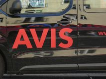 Avis emblem på en uthyrnings- bil arkivbild