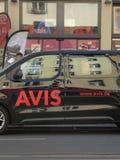 Avis emblem på en uthyrnings- bil fotografering för bildbyråer