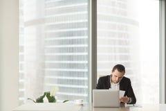 Avis important de lecture d'homme d'affaires sur le lieu de travail Image libre de droits
