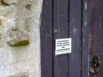 Avis improvisé vu attaché à une porte d'église image stock