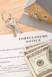 Aviso de la ejecución de una hipoteca, hogar, claves de la casa y dinero Fotografía de archivo libre de regalías
