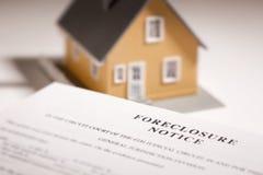 Aviso de la ejecución de una hipoteca y hogar modelo en la parte posterior de Gradated foto de archivo libre de regalías