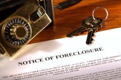 Aviso de la ejecución de una hipoteca y rectángulo del bloqueo de las propiedades inmobiliarias Fotos de archivo