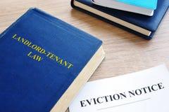 Aviso de la ley y del desahucio del Propietario-arrendatario en un escritorio fotos de archivo