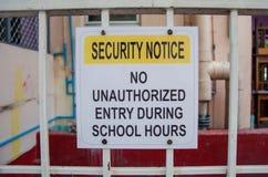 Aviso de la seguridad ninguna entrada desautorizada durante horas de escuela Imágenes de archivo libres de regalías