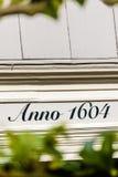 Aviso del año 1604 en una casa vieja Fotografía de archivo