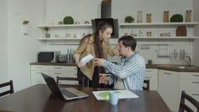 Aviso del desahucio de la lectura de la pareja de matrimonios en cocina almacen de metraje de vídeo