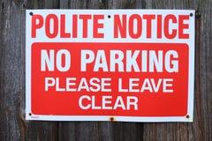 Aviso educado Ningún estacionamiento Váyase por favor claramente imagenes de archivo