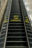 Aviso en una escalera móvil en Londres subterráneo Imagen de archivo libre de regalías