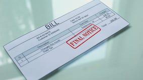 Aviso final de Bill, mano que sella el sello en el documento, pago para los servicios, tarifa metrajes
