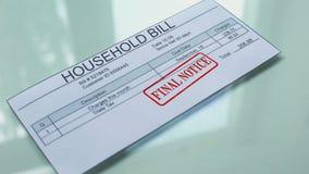 Aviso final de la cuenta del hogar, mano que sella el sello en el documento, pago, tarifa almacen de video