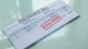 Aviso final de la cuenta del seguro, mano que sella el sello en el documento, pago, tarifa almacen de metraje de vídeo
