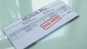 Aviso final de la cuenta médica, mano que sella el sello en el documento, pago para los servicios almacen de metraje de vídeo