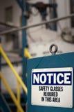 Aviso - gafas de seguridad requeridas - fábrica Fotografía de archivo