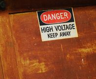 Aviso perigoso da corrente eléctrica Fotografia de Stock Royalty Free