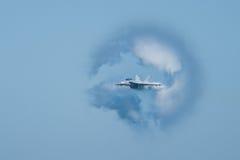 Avispón estupendo de F/A-18F rodeado en cono del vapor Imagen de archivo libre de regalías